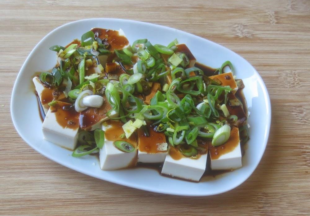 Kalter Tofu mit Frühlingszwiebeln und Ingwer - Kalter Seidentofu japanisch mit Frühlingszwiebeln und Ingwer
