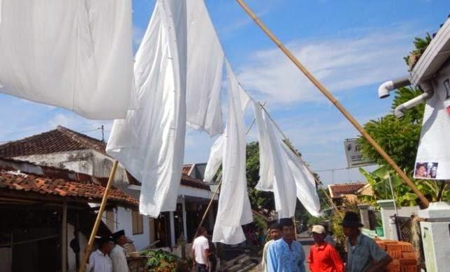Tradisi Resik Lawon (membersihkan kain kafan) di Banyuwangi.