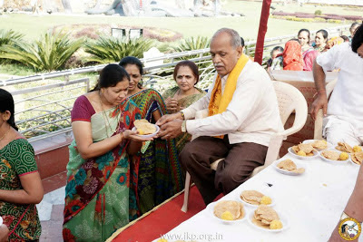 Jagadguru Shree Kripalu Ji Maharaj graced Vrindavan villagers with a delicious prasad lunch