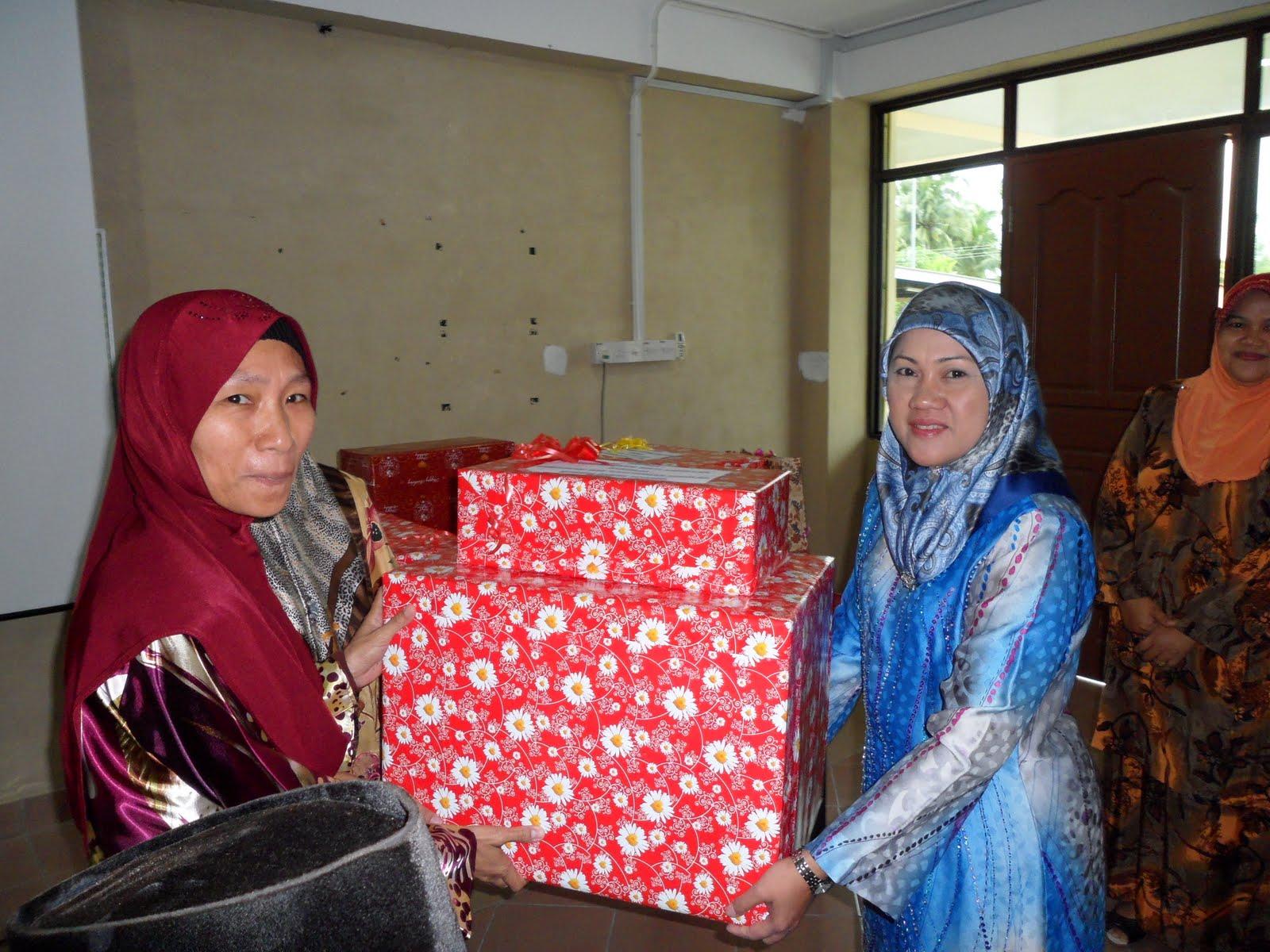 Cikgu Norhani juga menerima hadiah daripada warga Sekolah.