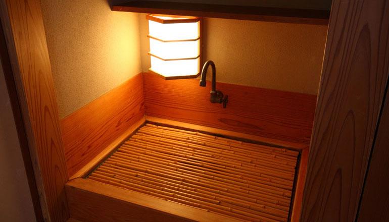 茶室の隣にある、茶器などを洗ったり置いたりする場所として使用されてきた水屋が和の心を演出いたします。全19室中15室にご用意いたしております。