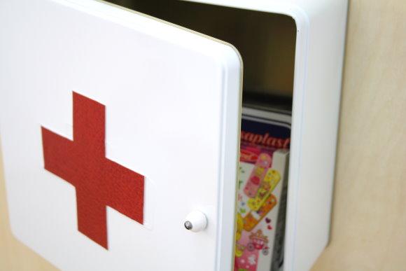 Upcycling Idee: DIY Medizinschrank aus Keksdose
