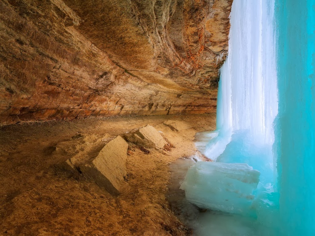 """<img src=""""http://4.bp.blogspot.com/-Cq-y3iMDGUE/Ut5NQHmPmeI/AAAAAAAAJj8/y4if2u4mDlg/s1600/frozen-falls.jpeg"""" alt=""""frozen falls"""" />"""