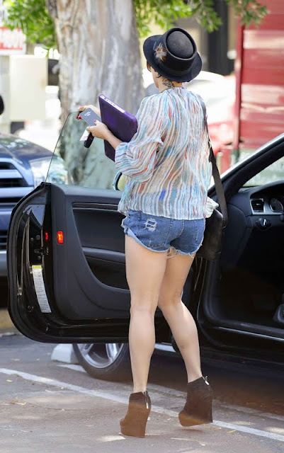 Vanessa Hudgens - Short Jeans In Los Angeles