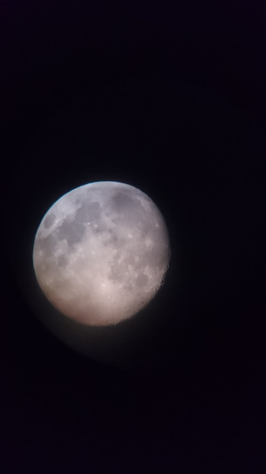 村から(望遠鏡で見た)の月