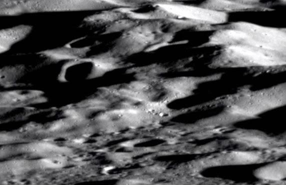 Wahana Antariksa MESSENGER Memotret Permukaan Merkurius