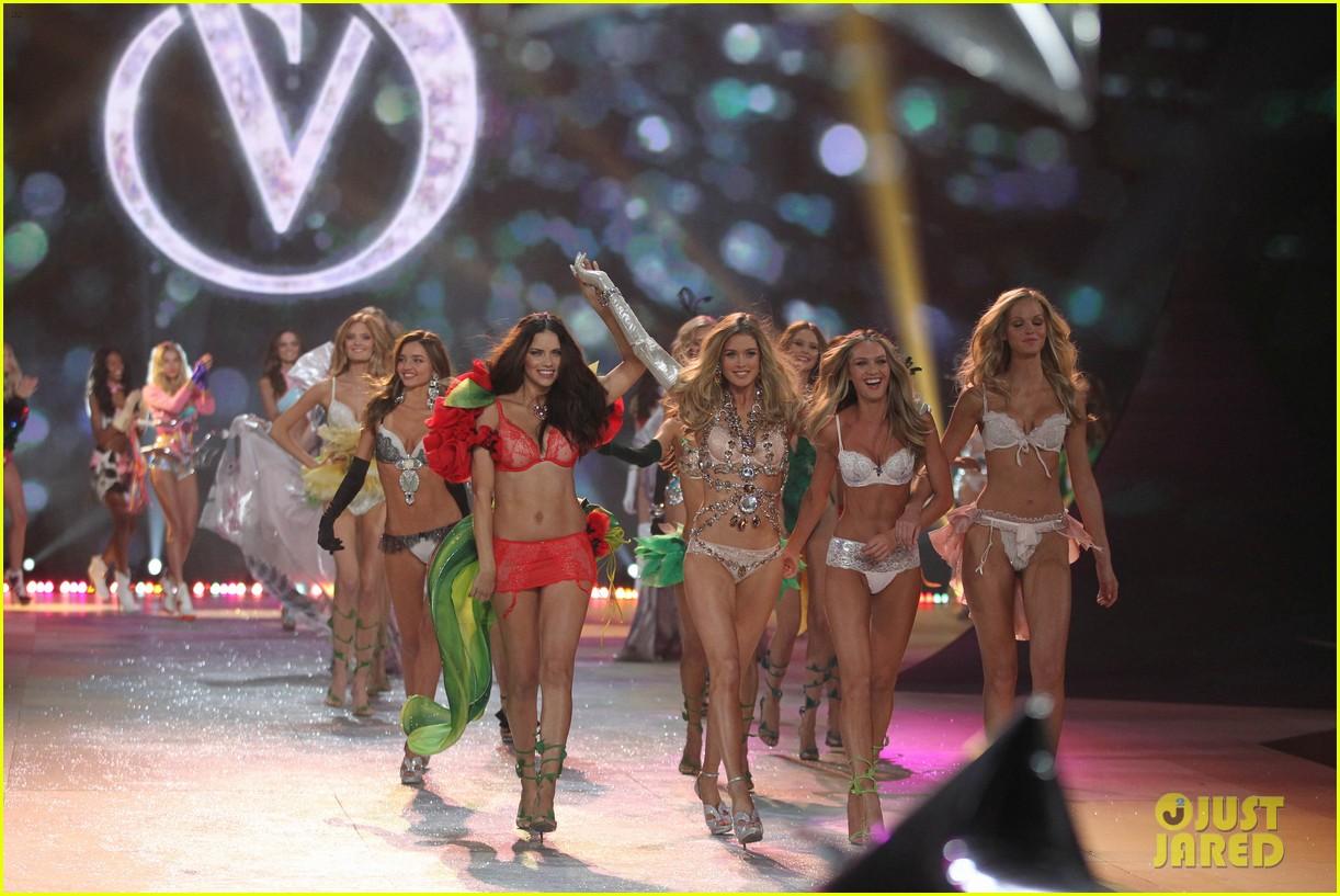 http://4.bp.blogspot.com/-Cqa0FFlu00I/UJuBakv382I/AAAAAAAAQiw/QQwO767pJ7M/s1600/adriana-lima-alessandra-ambrosio-victorias-secret-fashion-show-2012-21.jpg