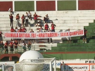 Faixa protesto torcida Vitória arbitragem FBF