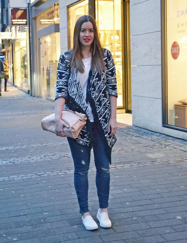 Azteken-Cardigan, Modeblog in Köln, rosa pastell Tasche, ripped Jeans