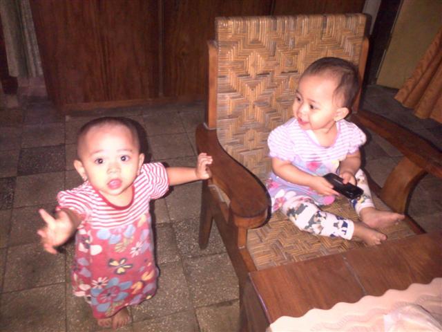 Latifa dan Zakia : Keponakan kembar yang UNYUUU :3