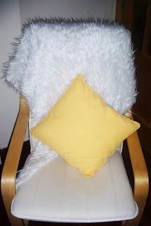 Manta peluda sobre silla de lectura
