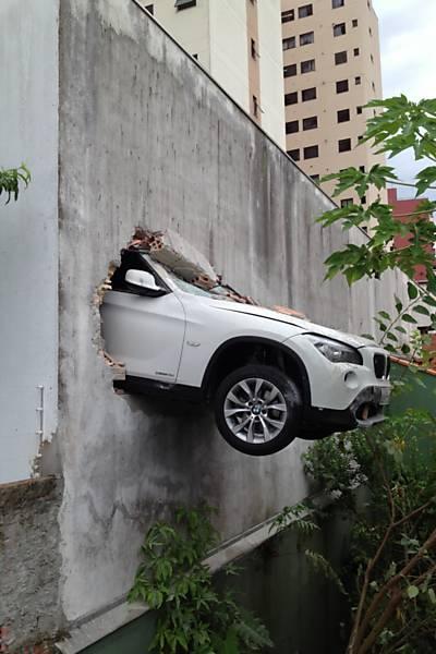 BMW X1 mit dem Kopf durch die Wand