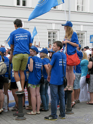 Зрители перед ПФУ залезают на чугунные столбики