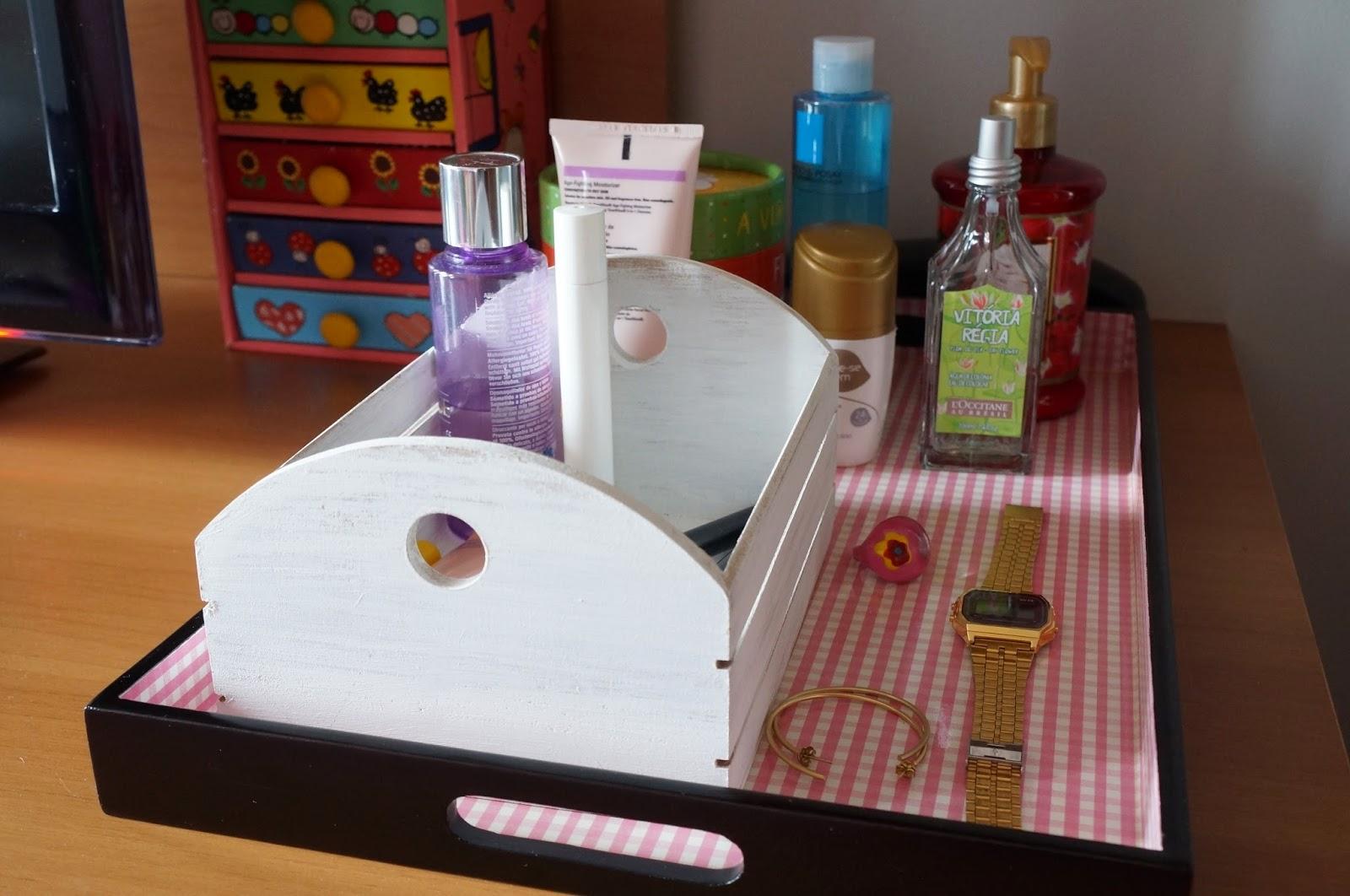 Utilizei a cesta de madeira para armazenar produtos com embalagens pequenas e pincéis de maquiagem