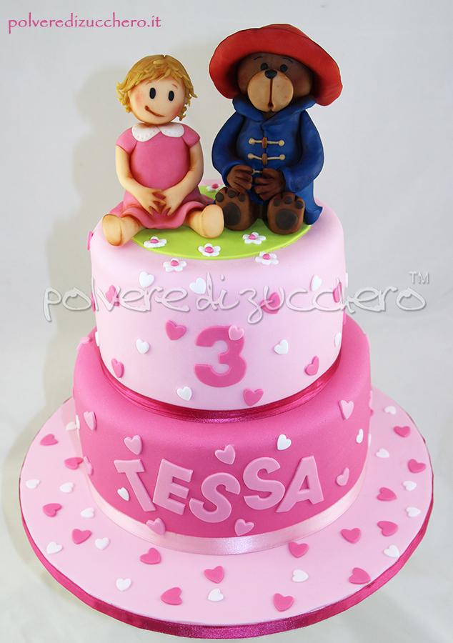 torta in pasta di zucchero per il compleanno di una bimba: con bimba tridimensionale e l'orso paddington