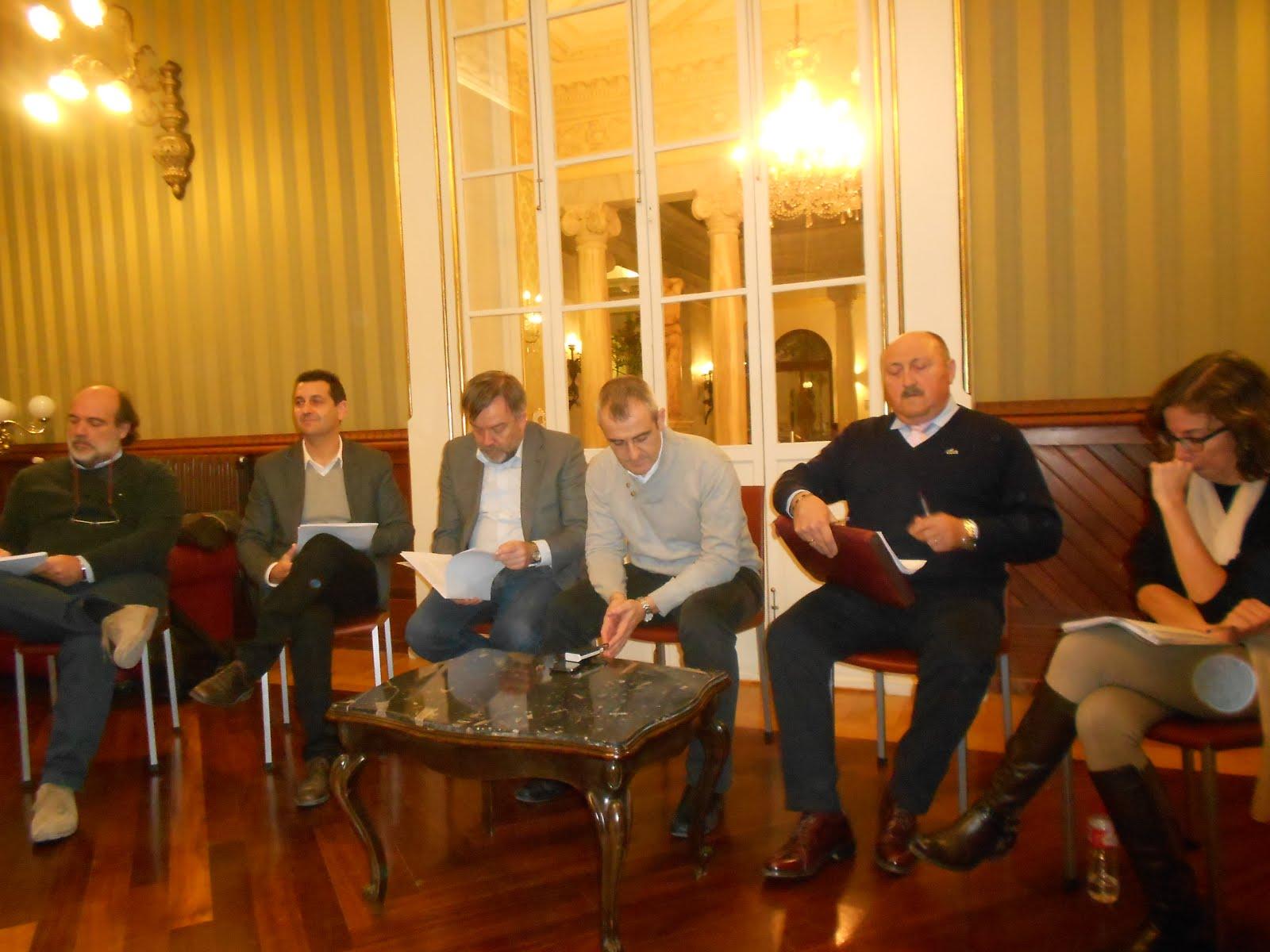 Mesa redonda sobre opciones políticas