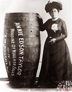 Annie Edson Taylor ao lado de um barril