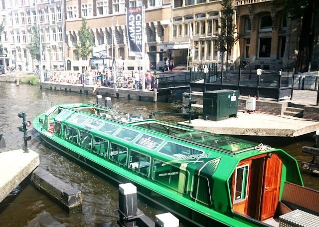 amsterdam łódka rejs po kanałach w amsteramie, jak wypożyczyć łódź, kanały w holandi, weekend we dwoje amsterdam