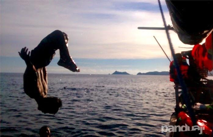 lompat dari kapal