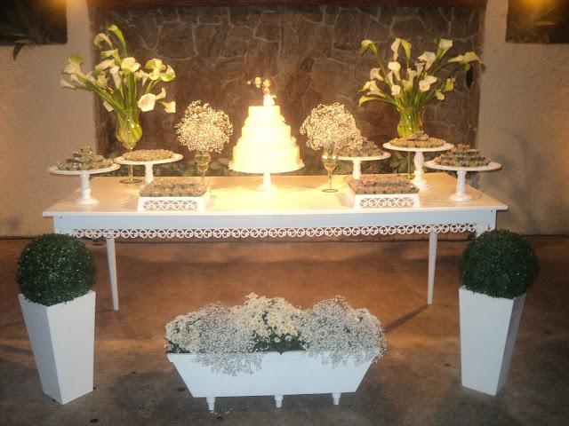 0bserve que em vez das folhas de ficcus embaixo da mesa (artifício