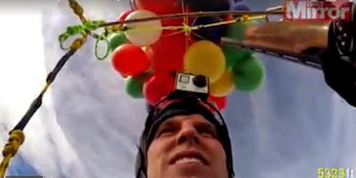 Παράτολμος πυροβολεί επάνω σε μπαλόνια, τα οποία τον κρατούν στα 8000 πόδια από το έδαφος