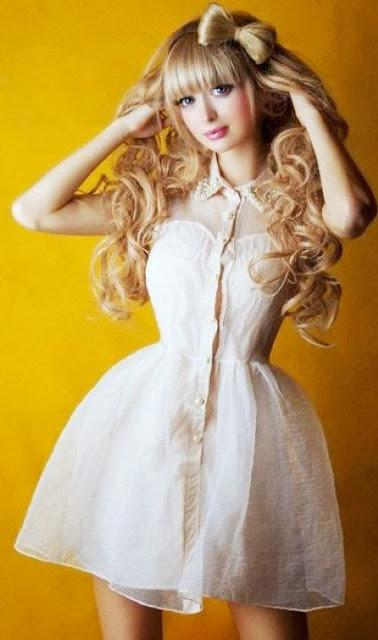 Anzhelika Kenova con lindo moño en la cabeza
