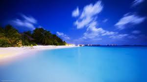 صورة خلفية سماء زرقاء مع زرقة مياه البحر