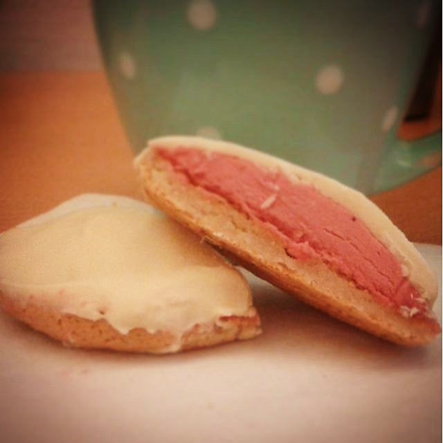 hallon biskvier med vit choklad