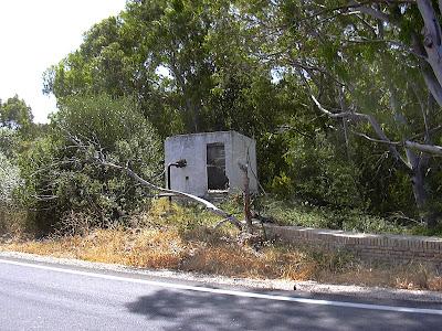 Caseta abandonada de una pequeña estación de bombeo (junio 2008)