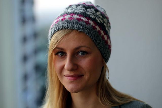 Wełniana czapka z wzorem żakardowym. Ręcznie zrobiona na drutach.