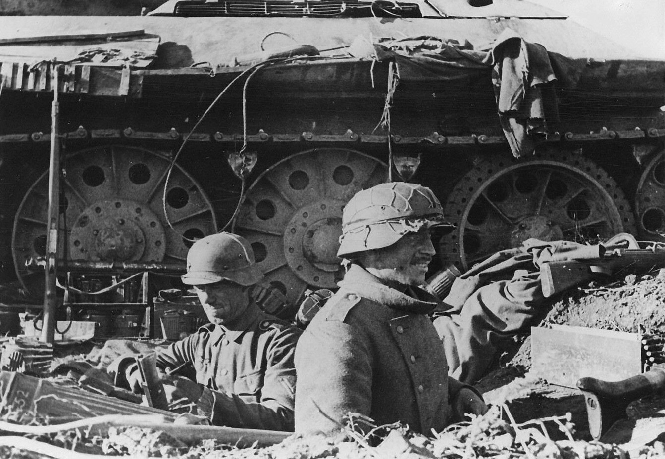 Stalingrad autumn 1942 german soldiers besides a russian t 34 tank