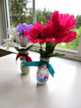 http://www.notimeforflashcards.com/2012/05/easy-mothers-day-craft-for-kids.html