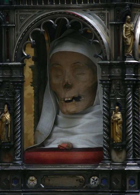 Santa Catarina de Siena,  cabeça incorruta levada em procissão