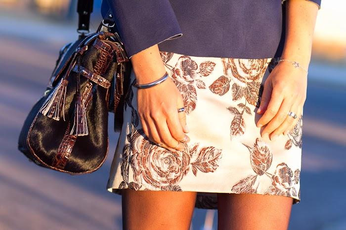 Detalle Pulseras y anillos de plata con falda bordada de flores