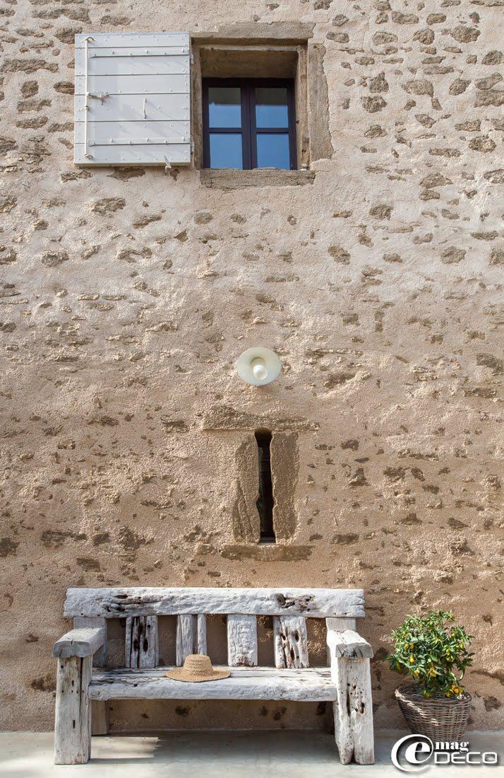 Contre un mur de la maison d'hôtes de charme 'La Bergerie de Nano', un banc chiné chez les 'Antiquités Carli' à l'Isle-sur-la-Sorgue