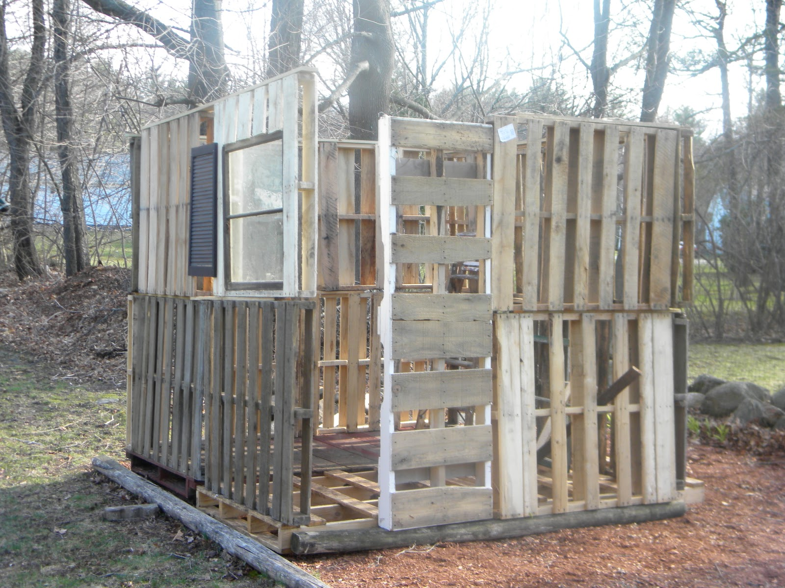 Blog time again taospring pallet chicken coop for Pallet chicken coup