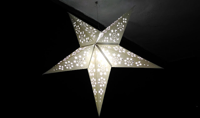Dayle Pereira of the blog Style File reviews the ASUS Zenfone 2 Laser smartphone with a picture taken by the phone camera of a Christmass star lit up