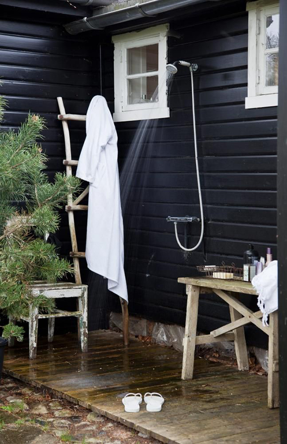 Outdoor shower | Image by Iben Ahlberg via Klikk