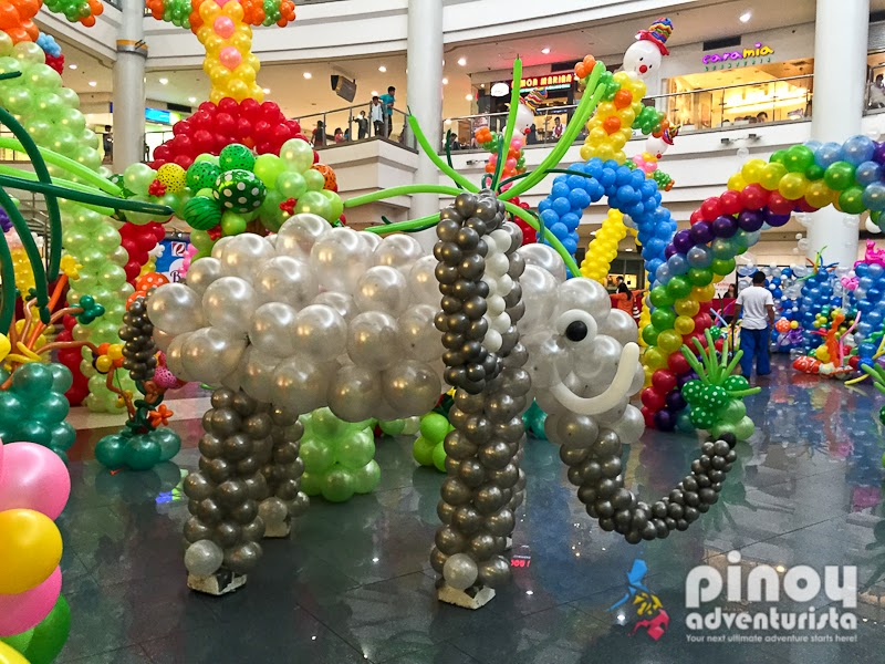 Look colorful balloon sculptures at robinsons place for Balloon decoration packages manila