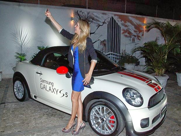 Giovanna Antonelli apostou em um pretinho básico e Ticiane Pinheiro em um vestido decotado para ir no lançamento de um aparelho de celular, em São Paulo