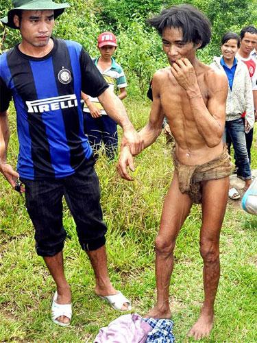 GAMBAR menunjukkan Ho Van Lang (bercawat), sejurus selepas dibawa keluar dari hutan.