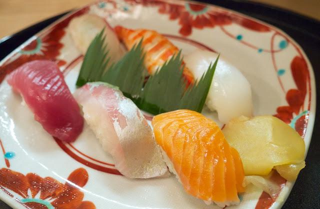 寿司。しまあじ、いか、車えび、鮭、よこわ、鯛