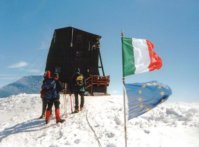 يجتذب جبل جنيفيتي السائحن وهواة تسلق الجبال أكثر من غيره