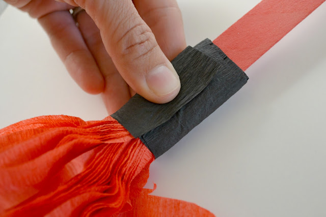 DIY Crepe Paper Pom Pom, DIY Pom Poms, Crepe Paper Pom Poms, Handmade pom poms for game day, #kettlemadness