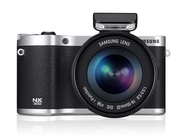 Fotografia della Samsung NX300 con lo zoom 18-55mm i-Function ed il flash