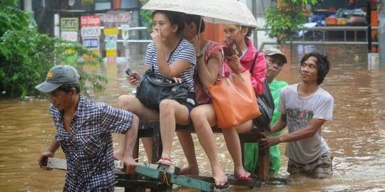 Foto Cewek Cantik Banjir jakarta 2014 Celana Pendek