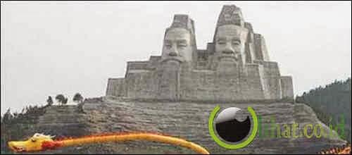 Patung Kaisar Yan dan Huang di China
