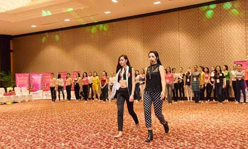Thí sinh Hoa hậu bắt đầu luyện catwalk