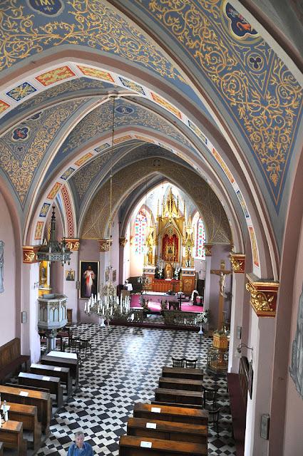 Niekłań, kościół, widok z chóru na nawę i ołtarz główny.