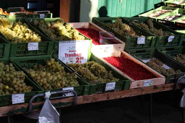 Es gibt auch einen tollen Markt in Baden - hier Trauben aus der Region und frische Preisebeeren © Copyright Monika Fuchs, TravelWorldOnline